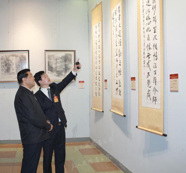 贾庆林主席参观汪碧刚书法作品并听取创作介绍